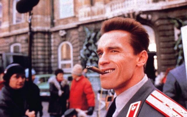 """""""Красная жара"""", 1988 г. В фильме демонстрируется дружба между болтливым американским сержантом Ридзиком и немногословном серьезным капитаном Иваном Данко в исполнении Арнольда Шварценеггера."""