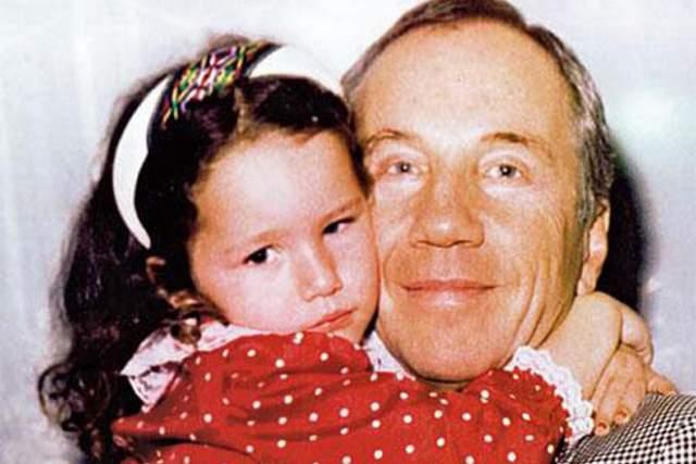 Савелий Крамаров с дочерью Басей, которая появилась на свет, когда актеру было уже 53 года .