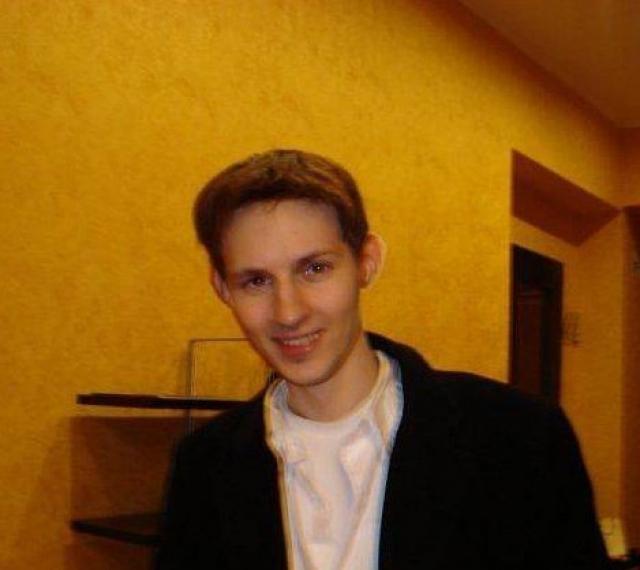 """Дуров научился программировать и для начала сменил заставку всех школьных компьютеров с логотипа Windows 95 на фотографию учителя информатики с подписью """"Must die""""."""