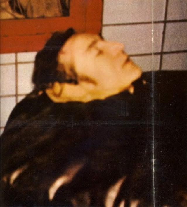 Леннон буквально за несколько минут был доставлен в госпиталь Рузвельта. Но попытки врачей спасти его оказались напрасны - из-за большой потери крови он скончался, официальное время смерти 23 часа 15 минут.