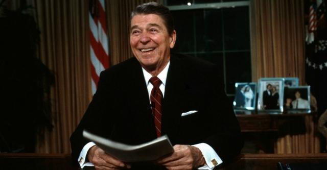 Рейган прославился антикоммунизмом, жесткой политикой в области экономики, которую прозвали рэйганомикой. Под его руководством Америка победила в холодной войне, Варшавский блок распался, а в США налоги понизились, госвмешательство в экономику тоже, а расслоение на богатых и бедных выросло в разы.