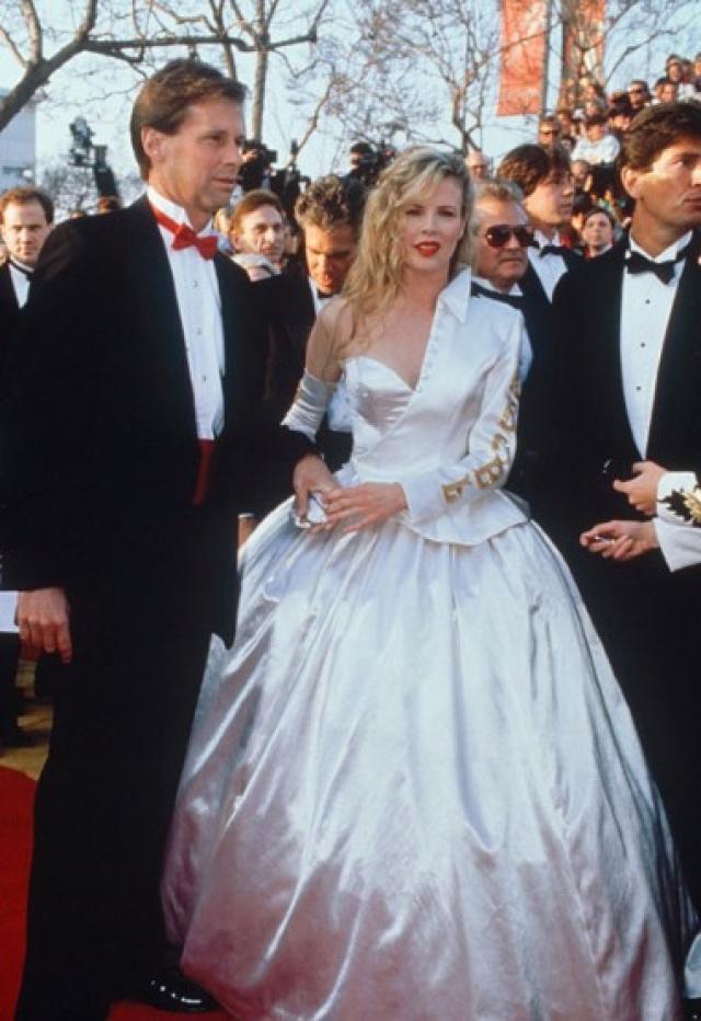 """Ким Бейсингер. Это """"роскошное"""" платье актриса смоделировала сама."""