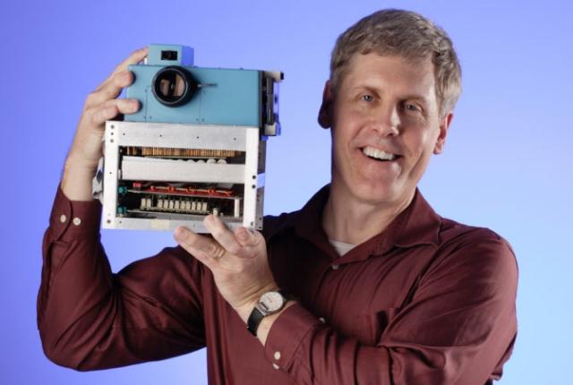 Цифровая фотокамера. В 1975 году инженер Стивен Сассон из компании Kodak создал первый цифровой фотоаппарат. Его камера весила почти три килограмма и могла делать снимки размером 100×100 пикселей на магнитную ленту компакт-кассеты. Один кадр записывался 23 секунды.