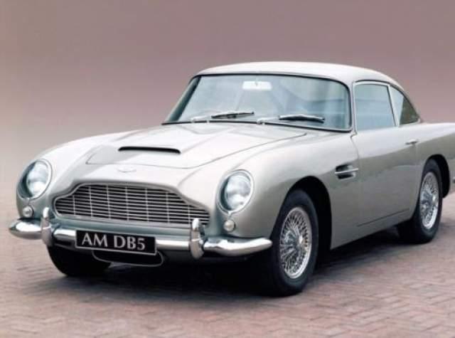 """Aston Martin DB5 В фильмах про Джеймса Бонда конкретные модели автомобилей, на которых ездил агент 007, мало кто запоминает. А вот вся марка Aston Martin у большинства ассоциируется именно с легендарным шпионом. Самым узнаваемым и популярным """"бондмобилем"""" считается Aston Martin DB5, который впервые появлялся в серии """"Голдфингер"""" в 1964 году."""