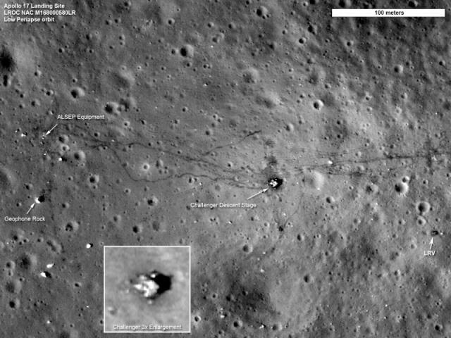 """Летом 2012 года американский зонд LRO смог сделать снимки высокого разрешения места посадки """"Аполлона 12"""". На фото видно оставленные астронавтами вещи, а также останки аппарата """"Сервейер 3"""", который прибыл на Луну за два года до посадки астронавтов, а в числе задач была как раз-таки отработка безопасного прилунения."""