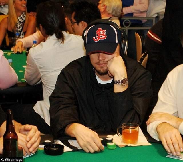 """Тогда Ди Каприо уличили в нахождении в незаконном подпольном казино. """"Нелегалы"""" собирались дважды в неделю в отеле Four Seasons. Для того, чтобы проникнуть на игру, участники называли пароли - каждый раз разные."""