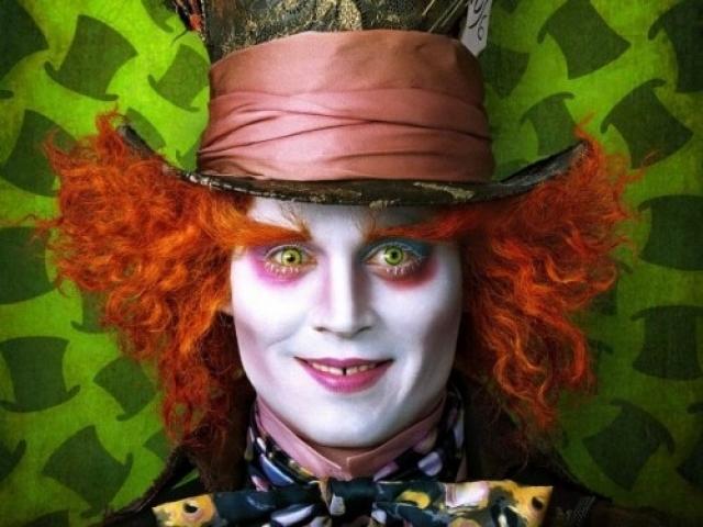 Джонни Депп. Актер боится клоунского грима, но при этом пытается бороться со своей фобией. Он окружает пространство вокруг себя изображениями клоунов, предполагая, что постоянное присутствие предмета боязни рядом поможет привыкнуть и избавиться от него.