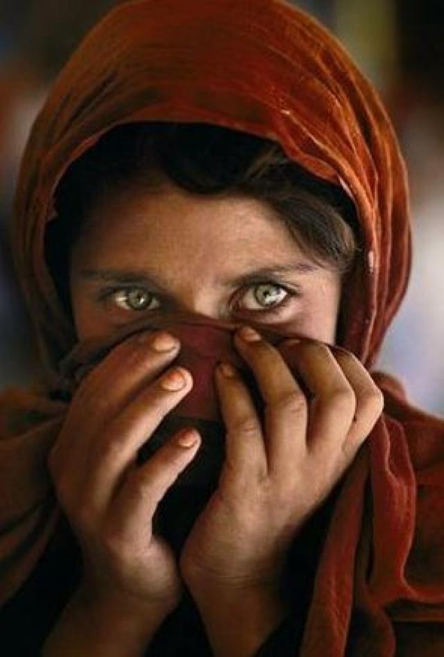"""До того, как личность Гулы была установлена в 2002 году, ее называли просто """"Афганской девочкой""""."""