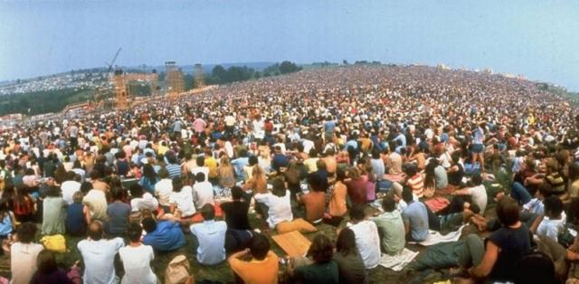 Миролюбивые посетители фестиваля Вудсток решили, что это страшный оскал капитализма и сожгли киоск до тла.