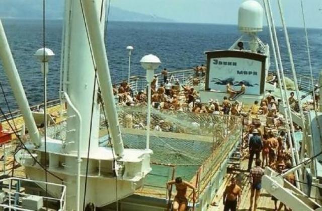 """С 1957 года пароход вошел в состав пассажирского флота СССР. За почти 30 лет активной эксплуатации """"Адмирал Нахимов"""" изрядно истрепался, даже несмотря на регулярные косметические ремонты."""
