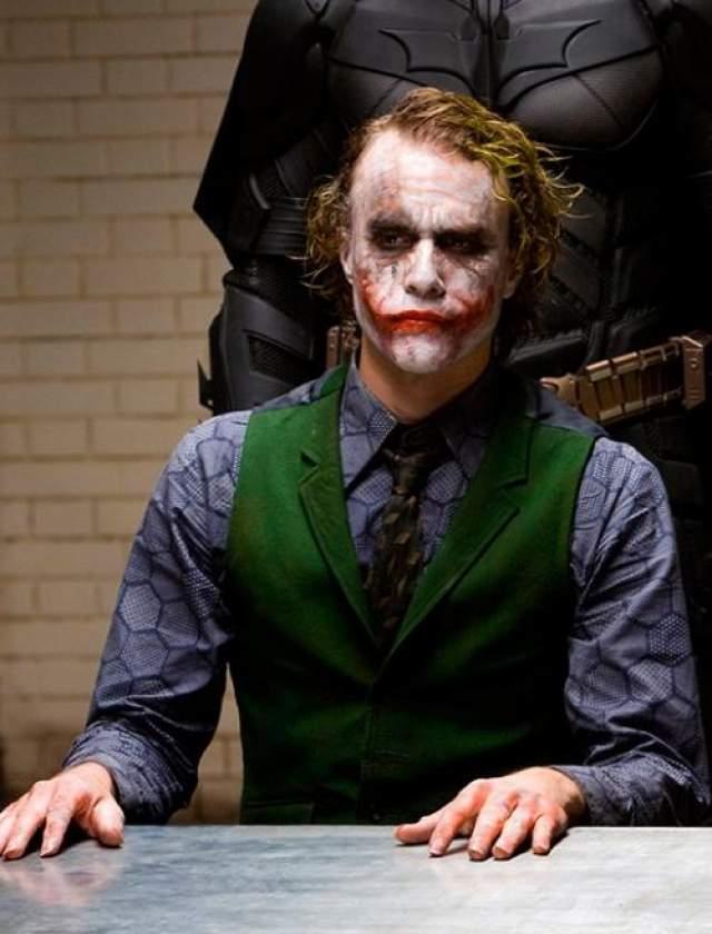 """При работе над фильмом """"Темный Рыцарь"""", он сказал в интервью, что сложная роль Джокера заставила его принимать эти лекарства - он часто становился настолько погруженным в характер Джокера, которого он играл, что это затрагивало его повседневную жизнь, вызывая бессонницу."""