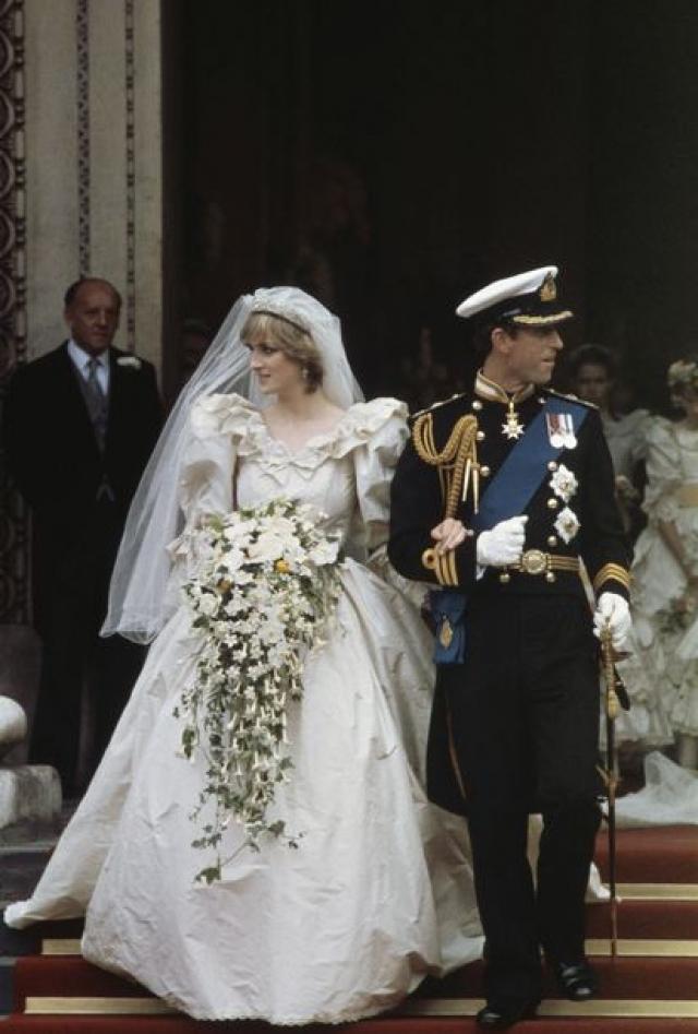 На церемонию было приглашено две с половиной тысячи гостей, а свадебный кортеж на улицах Лондона приветствовало более 600 тысяч человек. Еще около 700 миллионов следило за церемонией по телевидению.
