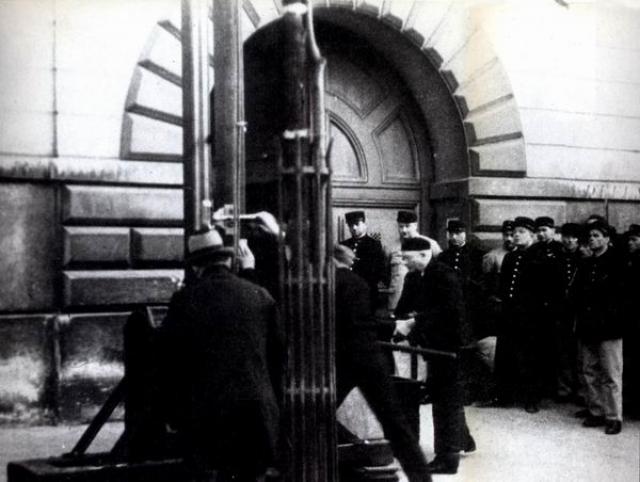 17 июня 1939 года на площади у тюрьмы Сен-Пьер в Версале Эжен Вейдман был казнен с помощью гильотины.