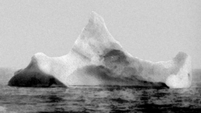 В 23:39 14 апреля впередсмотрящий Фредерик Флит заметил прямо по курсу примерно в 650 м айсберг.