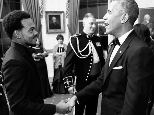 """Барак Обама и рэпер Чэнс . """"Он делает просто удивительную музыку"""", -сказал однажды бывший американский президент, """"Я познакомился с ним, когда ему было восемь лет, и мы были очень дружны семьями какое-то время."""""""