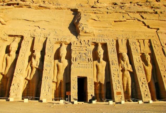 """Проклятие фараона Петети. Во время вскрытия в декабре 1993 года в Египте гробницы фараона Петети и его жены на их саркофагах были обнаружены предостерегающие надписи: """"Великая богиня Хатор дважды покарает всякого, кто осквернит это место""""."""