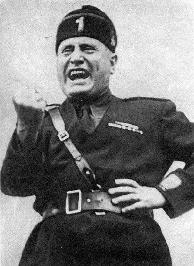 """Бенито Муссолини В 1919 году он основал итальянское фашистское движение, а в 1922 году, став премьер министром Италии образовал однопартийное правительство (обязательное условие тоталитарной системы!), которое и возглавил как """"Дуче"""", или диктатор."""