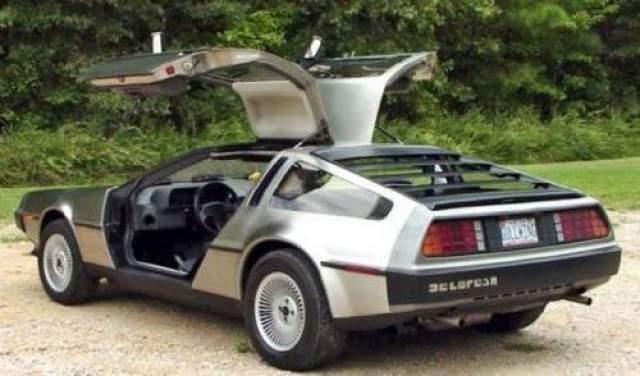 """DeLorean DMC-12 Автомобилю посчастливилось стать участником культовой трилогии """"Назад в будущее"""", в которой он был машиной времени. В реальности DeLorean разгоняется до 10 км за 10,5 секунда, благодаря бензиновому V6 двигателю. Имеет 5-ступенчатую механическую коробку передач и тысячи фанатов по всему миру."""