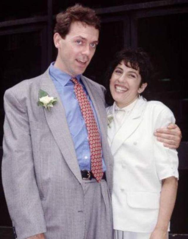 """Хью Лори. Звезда сериала """"Доктор Хаус"""" познакомился со своей будущей женой еще до того, как стать всемирно известным. Его возлюбленной стала театральный администратор Джо Грин, с которой его уже некоторое время связывали дружеские отношения."""