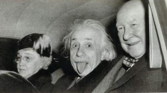 Типичный Альберт Эйнштейн. Это было 72-летие знаменитого ученого, 14 марта 1951 года. Тогда исследователь невероятно устал - его фотографировали все и вся. Лишь сотрудник United Press International Артур Сасс (Arthur Sasse) попытался рассмешить Эйнштейна, на что величайший ум двадцатого века показал фотографу язык.