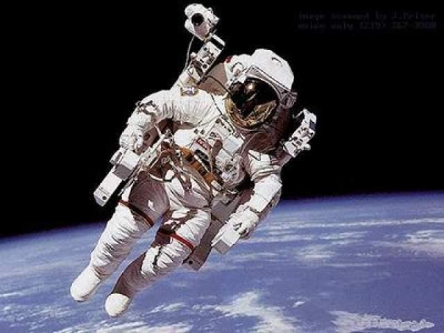 Первый в истории человек, работавший в открытом космическом пространстве без какой-либо связи с кораблем (в свободном полете) - астронавт Брюс МакКэндлесс ll, 7 февраля 1984 года.