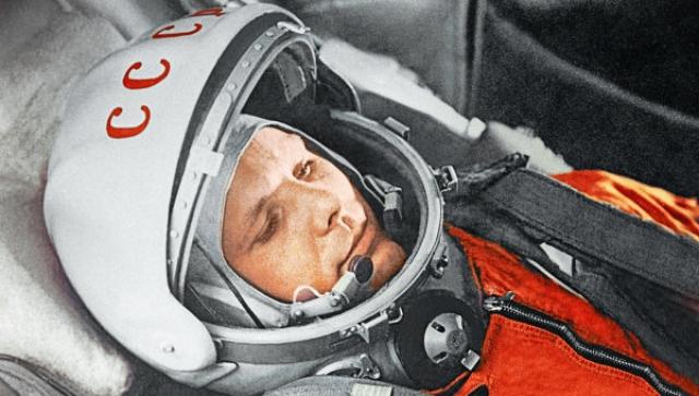 """На космических кораблях """"Восток"""" не была предусмотрена посадка космонавтов внутри спускаемого аппарата: на высоте 1500 метров пилот катапультировался. Из-за посадки вне корабля Международная аэронавтическая федерация отказывалась регистрировать рекордный полет Гагарина."""