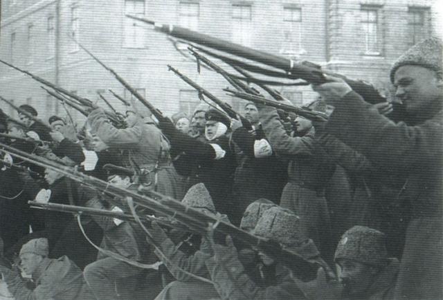 Последующая же паника среди толпы, окружавшей Таврический дворец, возникла не из-за артиллерийских выстрелов отряда Ребиндера, а в результате беспорядочных винтовочных выстрелов из самой толпы по дворцу, в результате которых были ранены люди в первых рядах возле дворца.