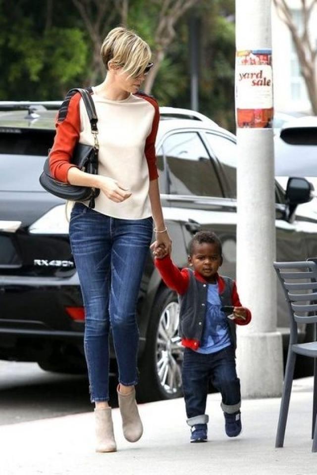 Шарлиз Терон. В середине марта 2012 года голливудская актриса усыновила ребенка. Маленький Джексон родился в США, он афроамериканец.
