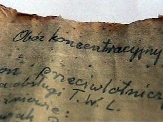 """Несколько евреев-заключенных из """"зондеркоманды"""" написали послания, которые они спрятали в тех ямах, в которых закапывали прах из крематориев. 9 таких записок были позднее найдены и опубликованы."""