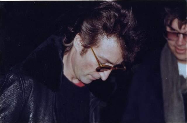 """Как говорится в материалах дела, киллер ждал своего кумира у дома. Затем, когда Леннон вместе с женой Йоко Оно вернулись из студии, он крикнул: """"Эй, мистер Леннон!"""" и пять раз выстрелил в него."""
