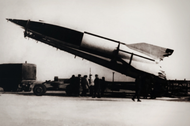 """Узнав об американской операции """"Скрепка"""", Москва 17 апреля 1946 года приняла решение эвакуировать ракетное производство в Союз. Секретной операцией руководил Л.П. Берия, в планах которого было вывезти в СССР около двух тысяч специалистов, а учитывая семьи - около семи тысяч человек."""