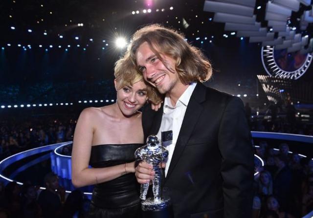 """""""Кто это с Майли?"""" – гадали гости церемонии MTV VMA, когда на ковровой дорожке певица появилась в сопровождении загадочного молодого человека с длинными волосами. Он же вышел на сцену получать за нее премию и при всем честном народе поведал печальную историю, как у него случилась в семье трагедия, он стал бездомным, а случайная встреча с Майли Сайрус изменила его жизнь: звезда накормила и приютила его"""