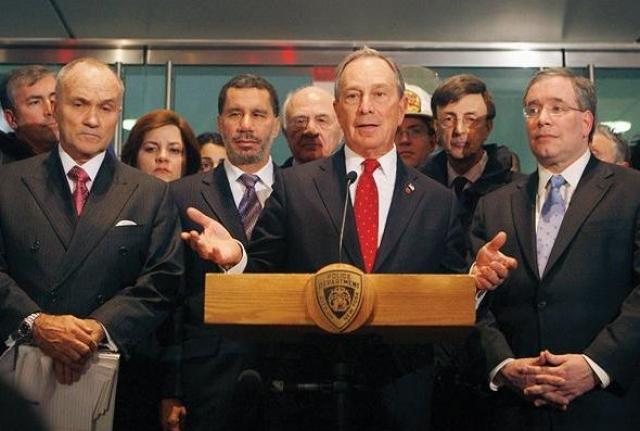 Мэр Нью-Йорка Майкл Блумберг поблагодарил пилота за то, что он не оставил самолет до тех пор, пока не убедился в эвакуации всех пассажиров.