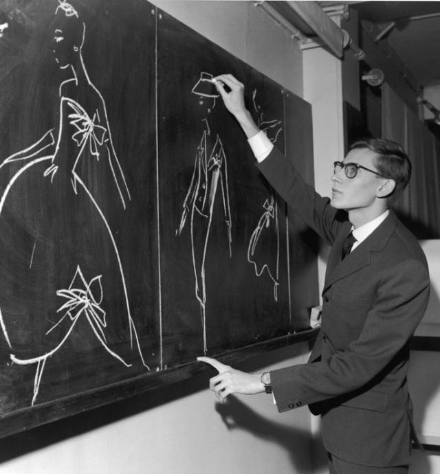 """В 1955-1957 годах работал в модном доме Кристиана Диора, был одним из его ассистентов. После неожиданной смерти модельера 24 октября 1957 года, 21-летний Сен-Лоран был назначен художественным руководителем дома """"Диор""""."""
