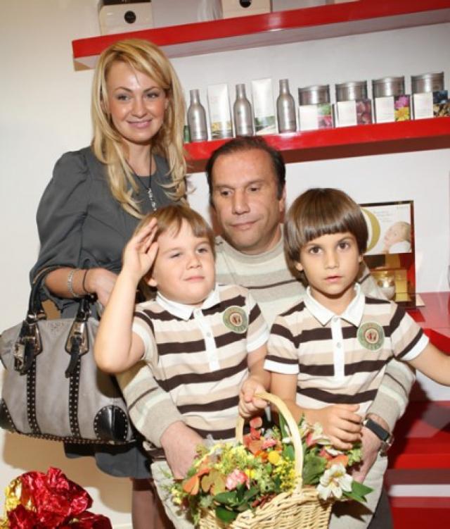 Яна претендовала на половину совместно нажитого имущества, на что Батурин запретил своей экс-супруге видеться с детьми.