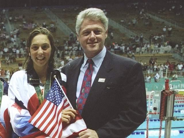 """А легендой Попов стал, когда на Олимпийских играх 1996 года в Атланте он """"уделал"""" американца Гэри Холла. Сам Клинтон заранее прибыл на соревнование, будучи уверенным в победе своего спортсмена, но россиянин показал лучшие результаты."""