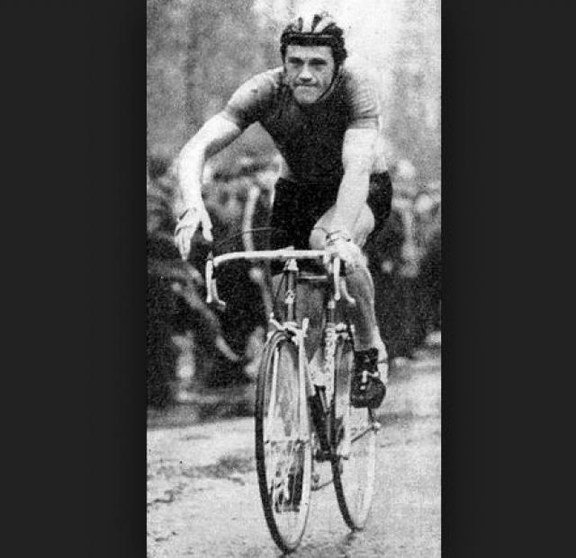 Александр Зиновьев два раза подряд, в 1983 и 1985 годах, становился чемпионом мира в велоспорте. После обидного шага совесткого руководства спортсмен покинул СССР и стал членом итальянской команды Alfa Lum, а затем перебрался в США, где долгие годы работал тренером.