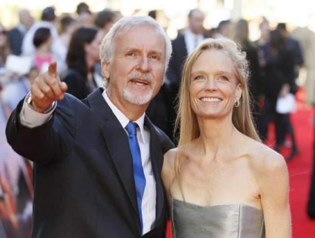 Знакомство закончилось тем, что режиссер влюбился по уши. Супруга, естественно, об этом узнала, и в 1999 году пара подала на развод. За возможность быть с новой пассией режиссеру-ловеласу пришлое раскошелиться - выплатить Линде Хамилтон 50 миллионов отступных. В браке с Эмис у Кэмерона родилось трое детей.