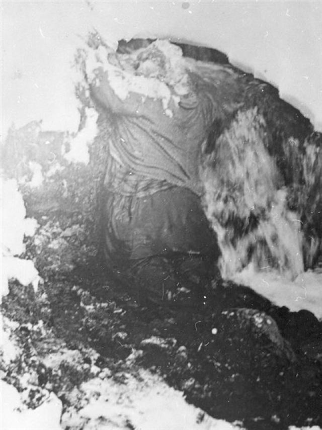 Тела оставшихся туристов нашли под четырехметровым слоем снега, в русле уже начавшего таять ручья, ниже и чуть в стороне от настила. Людмила Дубинина застыла, стоя на коленях лицом в склон.