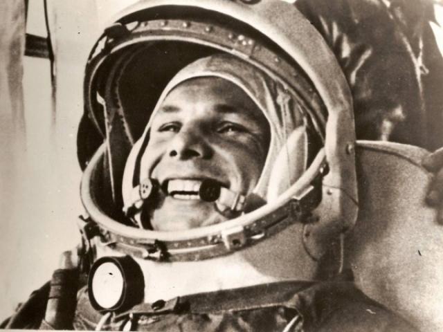 """Заранее было приготовлено и три варианта сообщения ТАСС о первом полете человека в космос. Вскрыть один из них было приказано по специальному звонку из Кремля. Обращений """"первого космонавта к советскому народу"""" было также три - от Гагарина, Титова и Нелюбова."""