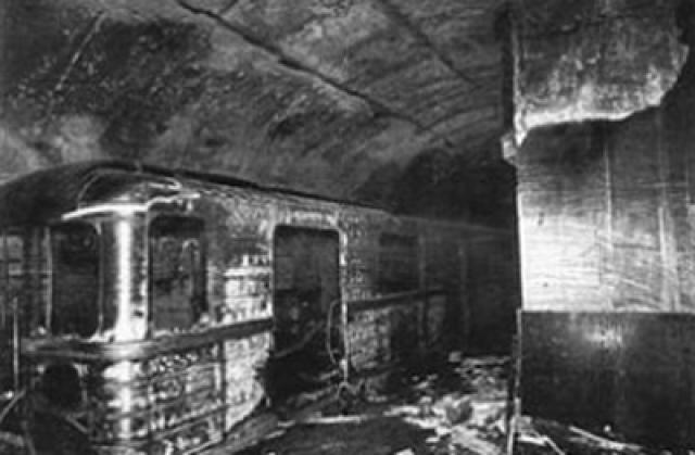 Пассажиры нескольких составов, проследовавших через станцию без остановки, видели развороченный вагон и окровавленных людей на платформе.