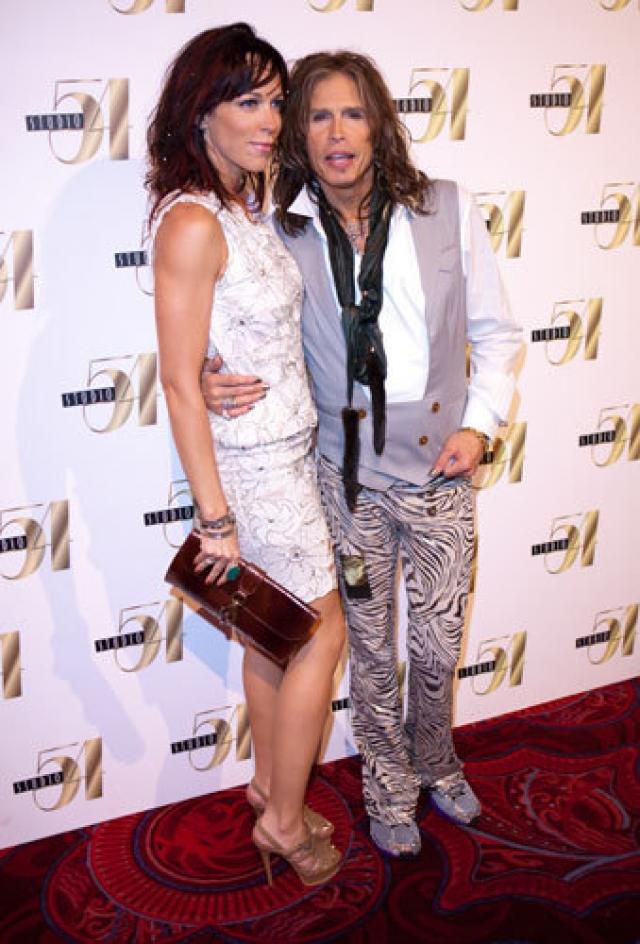 Стивен Тайлер и Эрин Брэди. Экстравагантный рокер с 2006 года встречается с 38-летней Эрин Брэди, и разница в возрасте в 25 лет не помешала музыканту сделать подруге предложение руки и сердца. Но, увы, помолвка расстроилась.