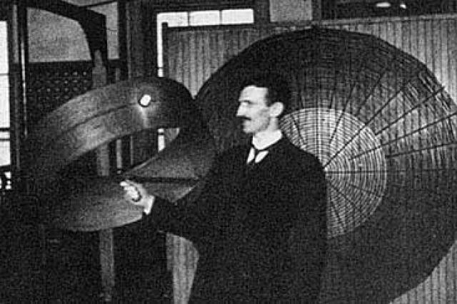 """Тесла в ответ предложил создать не просто """"продвинутый"""" телеграф, а устройство, обеспечивающее беспроводную связь по всему миру с возможностью голосового общения, трансляции музыки, новостей, биржевых котировок и даже передачи изображений (практически Интернет!)."""