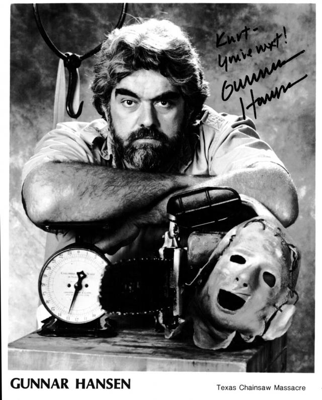 Кстати, образ Кожаного лица и сюжет первого фильма, вышедшего в 1974 году, был частично основан на убийствах маньяка Эда Гейна. В маске впервые предстал актер Гуннар Хансен .