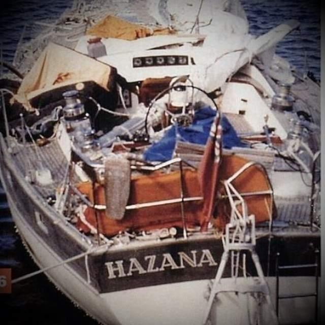Яхта перевернулась, Тами ударилась о переборку, потеряла сознание. Она очнулась через 27 часов. Выбравшись наружу, она увидела, что ее будущий муж погиб - его страховочный шнур был оборван…