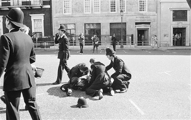 В 1984 году из здания ливийского посольства в Лондоне был открыт огонь по манифестации ливийских эмигрантов, выступавших против Каддафи. Одиннадцать человек были ранены, убита полицейский Ивонн Флетчер.