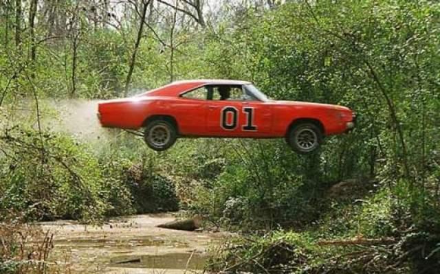 "Dodge Charge 1969 года Машина из сериала ""Придурки из Хаззарда"" (1979-1985) по кличке General Lee с флагом конфедерации на крыше и цифрами ""01"" на борту. В 2007 был выставлен на аукционе за 10 миллионов долларов."