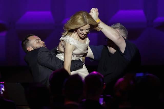 Кайли Миноуг удержалась лишь благодаря охранникам на сцене GLAAD Media Awards.