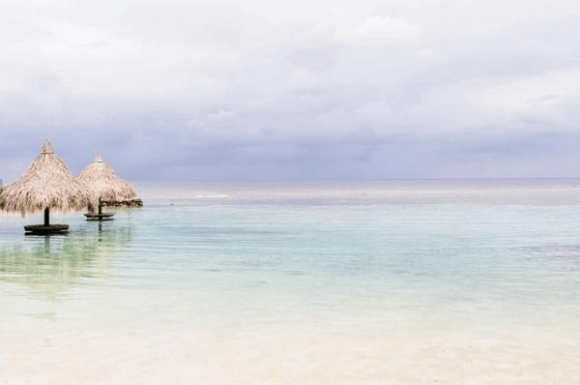 7. Роатан, Гондурас Круизные лайнеры начали курсировать к берегам Роатана только в 2005 году. Все потому, что Гондурас не самое безопасное место на земле. Набирать популярность Роатан начал с подачи дайверов, которые приехали на остров из-за Мезоамериканского Барьерного рифа. На острове вы можете пройтись по навесной переправе, заняться морской рыбалкой или осмотреть охраняемый военными архипелаг Кайос-Кочинос.