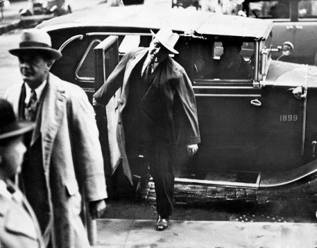 """Также Капоне одним из первых поставил на широкую ногу дело подкупа прессы. Репортер из """"Чигако трибюн"""" Альфред Лингл почти еженедельно организовывал статьи, восхвалявшие Аль Капоне. Официально Лингл получал в газете 65 долларов в неделю, но тайная его зарплата составляла 60 тысяч в год."""